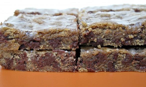 Iced Espresso Bars: chewy-soft espresso chocolate chip bars with a crunchy cinnamon glaze | The Monday Box