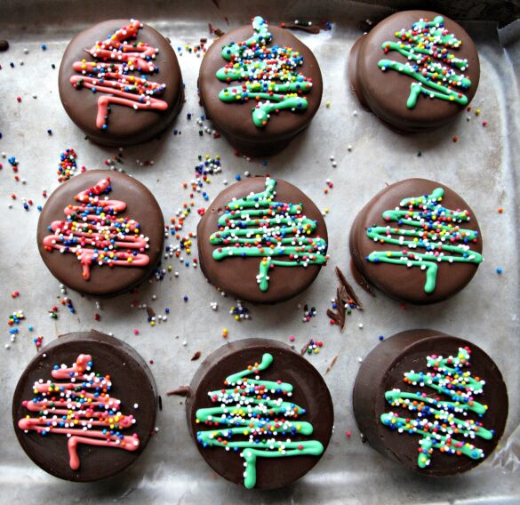 Chocolate Covered Oreos with a super quick and easy Christmas tree design make beautiful gifts and delicious holiday treats!