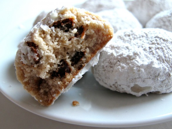 Cinnamon Snowball Cookies- crunchy cinnamon butter cookies coated in powdered sugar!  The Monday Box