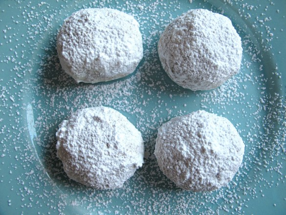 Cinnamon Snowball Cookies- crunchy cinnamon butter cookies coated in powdered sugar! |The Monday Box