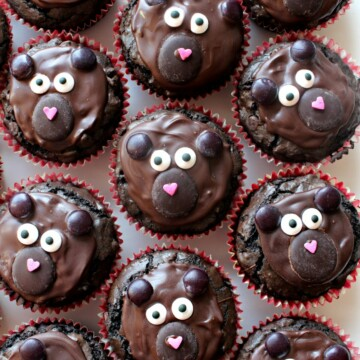 Chocolate brownie cupcakes decorated like bears