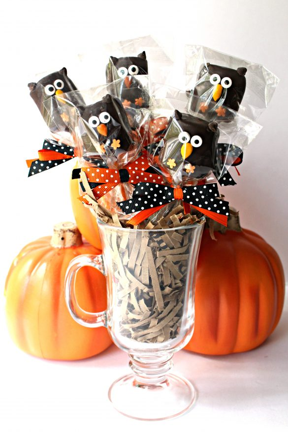 5 wrapped Owl Marshmallow Pops displayed in a mug as a Halloween centerpiece.